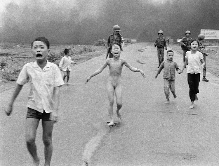Bức ảnh Em bé Napalm chụp Phan Thị Kim Phúc năm 1972. Ảnh: Nick Út