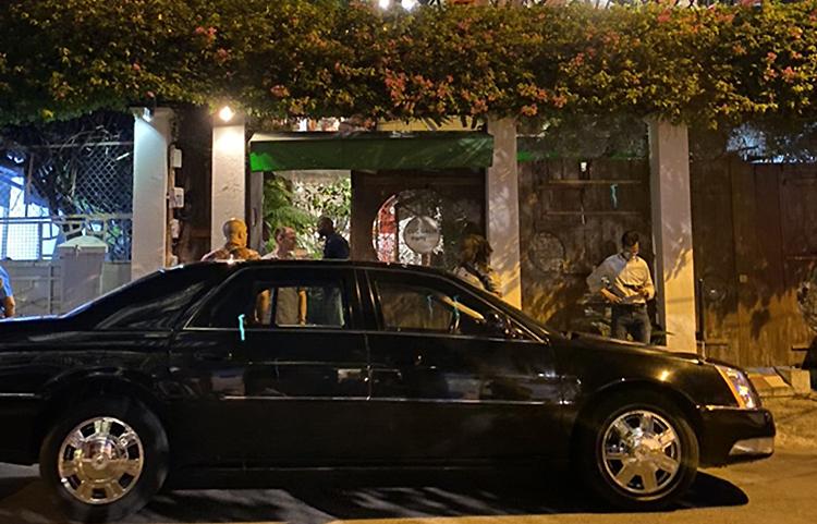 车队将美国前总统和他的妻子带到餐厅。 照片:合作者。