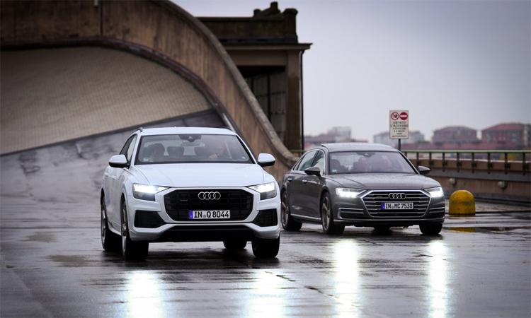 Hai chiếc Audi lắp lốp kết nối Internet của Pirelli chạy trên đường thử trên nóc tòa nhà Lingotto hồi tuần trước. Ảnh: Pirelli