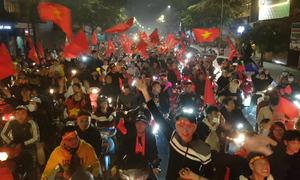 CĐV chạy xe xuyên đêm ăn mừng Việt Nam vô địch