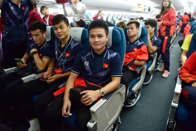 Hai đội tuyển bóng đá Việt Nam về nước