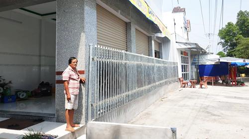 Hàng rào được UBND xã Tân Lộc xây dựng áp sát cửa vách nhà hộ dân vì sợ lấn ranh. Ảnh: Hoàng Hạnh.
