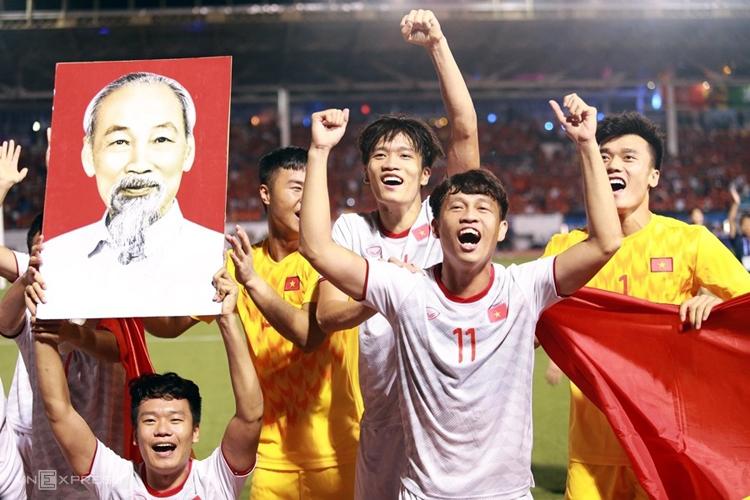 Các cầu thủ U22 Việt Nam ăn mừng huy chương vàng SEA Games tối 10/12. Ảnh: PV