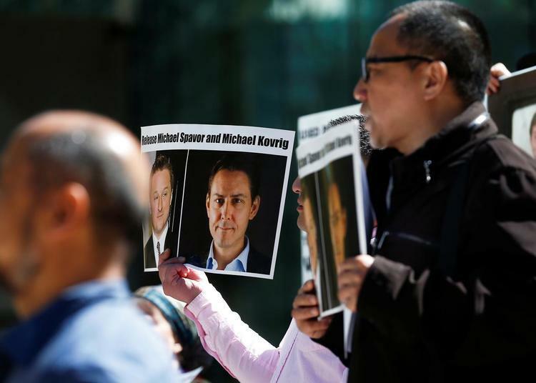 Người dân cầm biểu ngữ đòi thả ai công dân Canada Michael Spavor và Michael Kovrig bên ngoài Tòa án Tối cao bang British Columbia tại thành phố Vancouver, hôm 8/5. Ảnh: Reuters.