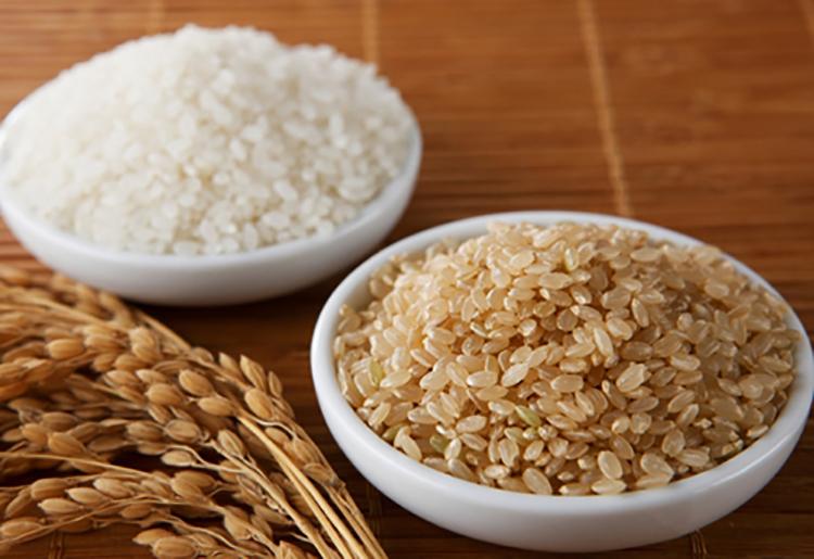 Trong gạo lứt và gạo trắng đều có chất MB, MB và tricin giúp giảm quá trình lão hóa da.