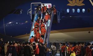 Hai đội tuyển bóng đá về nước trên cùng chuyến bay