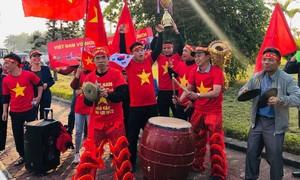 CĐV đổ về sân bay đón tuyển Việt Nam