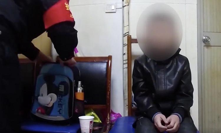Cậu bé 10 tuổi được đưa về sở cảnh sát Thượng Hải hôm 5/12. Ảnh: SCMP.