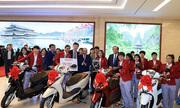 Honda tặng xe cho hai đội tuyển bóng đá Việt Nam