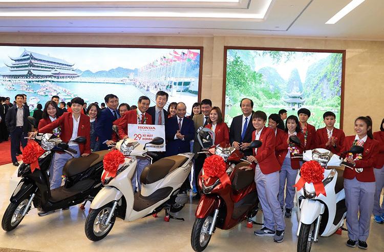Thủ tướng Nguyễn Xuân Phúc cùng đại diện Honda Việt Nam trao tặng dàn xe Honda Lead cho đội tuyển bóng đá nữ.