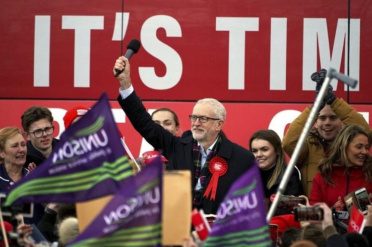 Lãnh đạo Công đảng Jeremy Corbyn tiếp xúc cử tri ở làng Stainton hôm 11/12. Ảnh: AP.