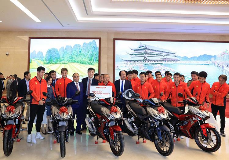 Đội tuyển U22 nam nhận thưởng dàn xe Honda Winner tại Văn phòng Chính phủ.