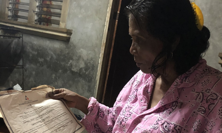 Petronila Capiz Munoz, một người bản địa Aeta, đưa ra giấy tờ bằng chứng về lịch sử cư trú của tổ tiên. Ảnh: Al Jazeera.