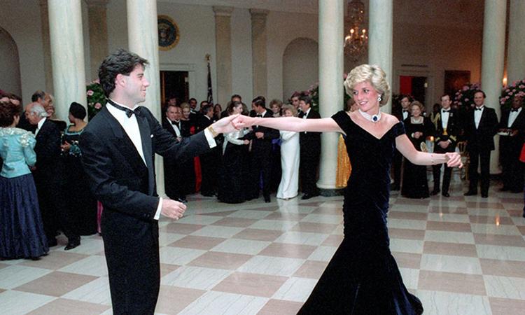 Công nương Diana khiêu vũ cùng tài tử Hollywood John Travolta tại một sự kiện ở Nhà Trắng tháng 11/1985. Ảnh: Rex Features.