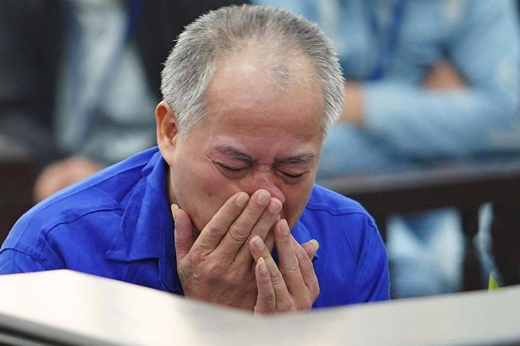 Đông liên tục khóc trong phần xét hỏi. Ảnh: Phạm Dự.