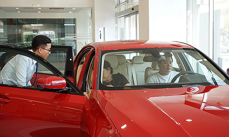 Khách hàng tham khảo xe tại một đại lý BMW ở TP HCM.