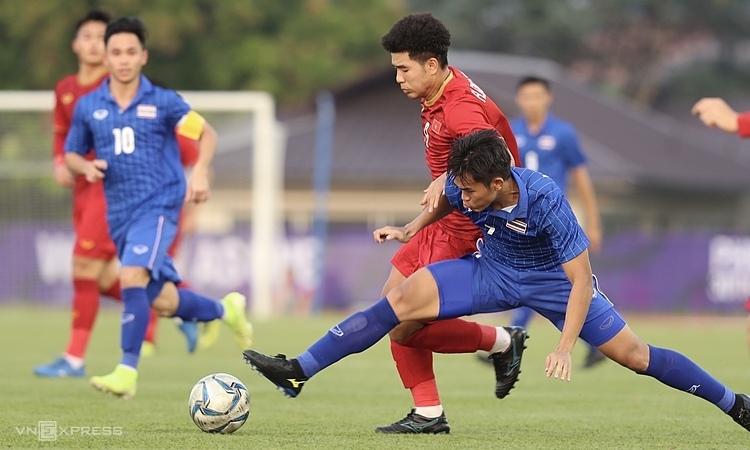 Việt Nam (áo đỏ) hòa Thái Lan 2-2 ở lượt cuối vòng bảng SEA Games 30. Ảnh: Đức Đồng.