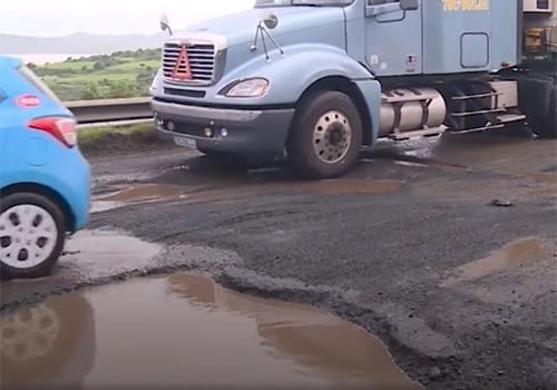 Quốc lộ 1 qua Phú Yên bị hư hỏng nặng gây nhiều vụ tai nạn giao thông. Ảnh: Xuân Hoa.