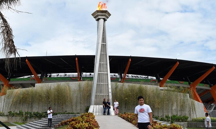 Đài lửa tại khu phức hợp thể thao New Clark City, tỉnh Tarlac, Philipppines, một trong những công trình gây tranh cãi. Ảnh: AFP.