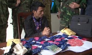 Thanh niên giấu 10.000 viên hồng phiến trong túi xách