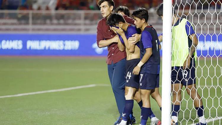 Huấn luyện viên và các đồng đội động viên cầu thủ Sokpheng số 14 sau cú sút luân lưu hỏng trong trận tranh huy chương đồng SEA Games. Ảnh: FFC
