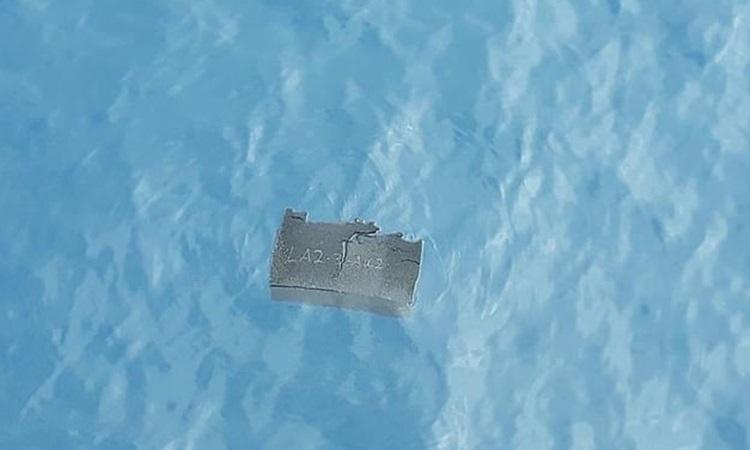 Mảnh vỡ vận tải cơ C-130 của Không quân Chile trôi nổi trên mặt biển hôm nay. Ảnh: Reuters.