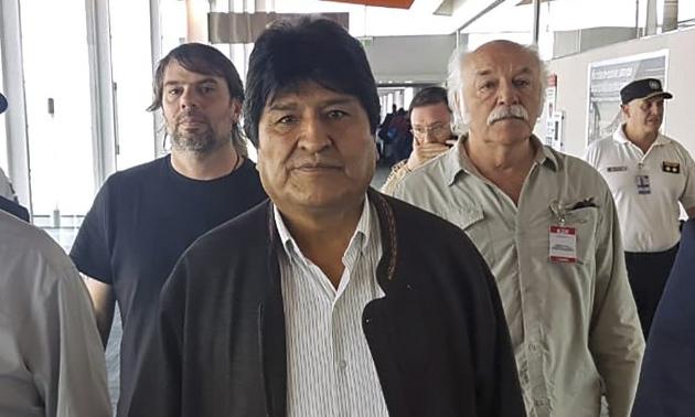 Cựu tổng thống Bolivia Evo Morales (giữa) tới sân bay Ezeiza ở thủ đô Buenos Aires, Argentina hôm 12/12. Ảnh: AFP.