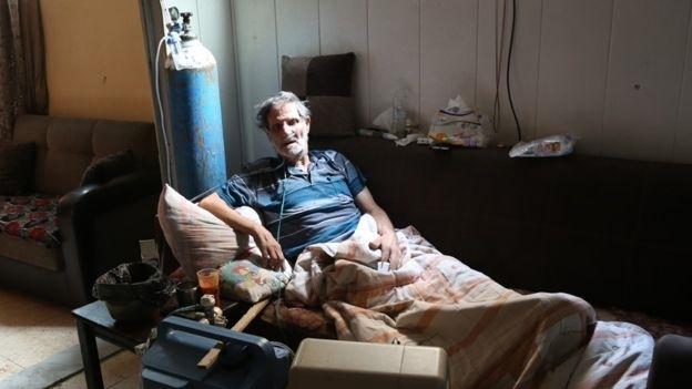 Aissa Rashid phải dùng máy trợthở tại Shatila, Beirut. Ảnh: BBC.