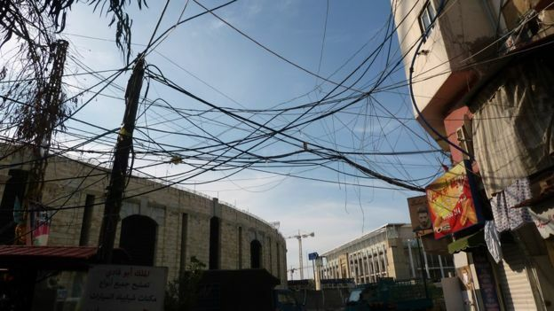 Dây điện chằng chịt ở Shatila, Beirut. Ảnh: BBC.