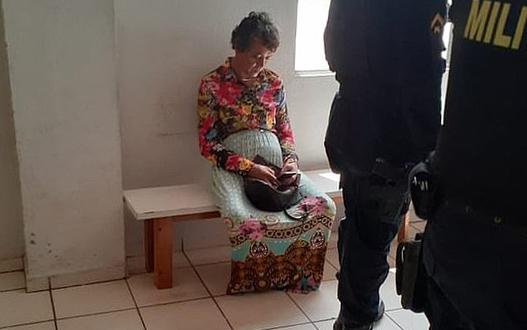 Heitor Schiave sau khi bị phát hiệnđóng giả mẹ để thi bằng lái xe. Ảnh: Focus on News