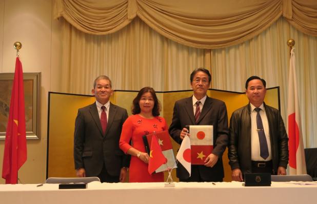 Ông Kunio Umeda, đại diện Công ty Ajinomoto Việt Nam và đại diện Trường tiểu học Ngô Gia Tựtại lễ ký kết.