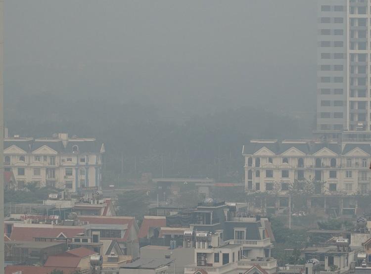 Bầu trời Hà Nội nhìn từ đường Phạm Văn Đồng sáng 13/12. Ảnh: Gia Nghĩa