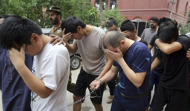 Những kẻ buôn người Trung Quốc bị bắt ở Pakistan. Ảnh: AP.
