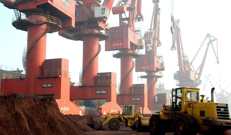 Đất chứa đất hiếm được chất thành đống tại một cảng ở tỉnh Giang Tô. Ảnh: Reuters.