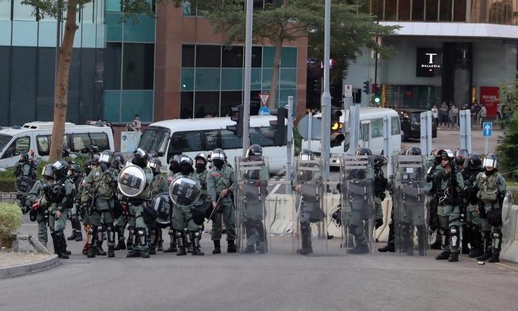 Cảnh sát chống bạo động Hong Kong chặn đường trong cuộc biểu tình hôm 1/12. Reuters.