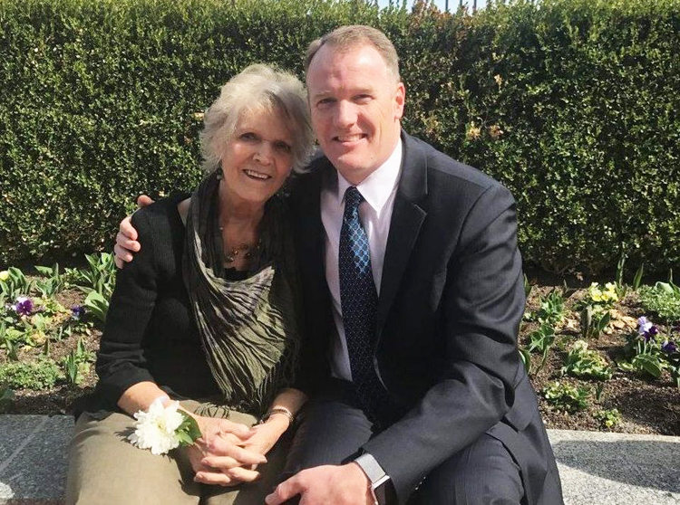Dave Blake chụp ảnh cùng mẹ Suzanne Blake. Ảnh: Brock Blake.