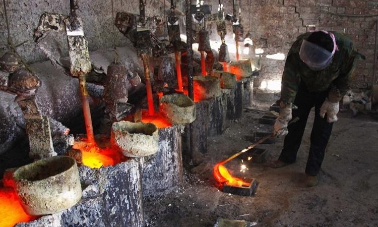 Kim loại đất hiếm Lantan được đổ vào các khuôn đúc ở khu tự trị Nội Mông, Trung Quốc. Ảnh: Reuters.