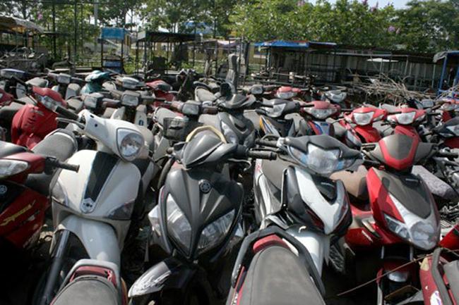 Hàng nghìn xe máy thậm chí xe tay ga đắt tiền nằm phơi mưa nắng ở các bãi trông giữ xe vi phạm ở Hà Nội chưa có người đến nhận dù nhiều tháng bị tạm giữ. Ảnh: Bá Đô