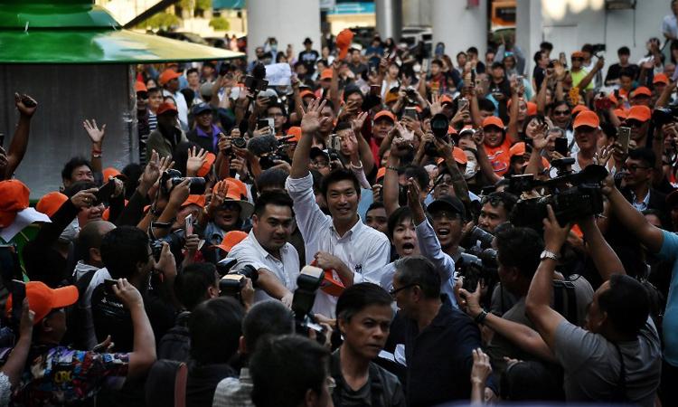 Thanathorn Juangroongruangkit (áo trắng, giơ tay ở giữa), lãnh đạo đảng FFP,tới cuộc biểu tình ở Bangkok, Thái Lan hôm nay. Ảnh: AFP.