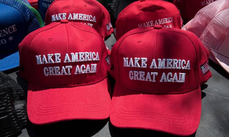 Mũ mang khẩu hiệu Biến nước Mỹ vĩ đại trở lại trưng bày tại một cuộc vận động của Trump ở bang Pennsylvania hôm 20/5. Ảnh: AP.