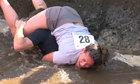 Vợ lấm lem khi được chồng cõng vượt vũng bùn