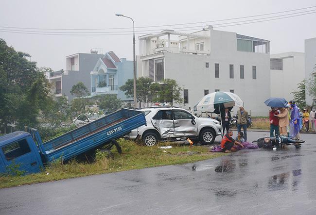 Xe tải lao xuống hố, hông xe ôtôFortuner bị biến dạngsau tai nạn. Ảnh: Đắc Thành.