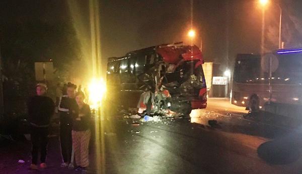 Một chiếc xe vỡ vụn phần đầu sau cú tông mạnh. Ảnh: Lam Sơn.