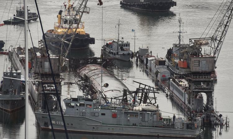 Các tàu cứu hộ vây quanh ụ nổi PD-16 và tàu ngầm B-380 hôm nay. Ảnh: TASS.