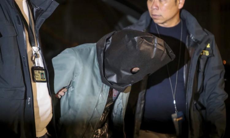 Một nghi phạm bị bắt tại Tuen Mun hôm qua. Ảnh: SCMP.