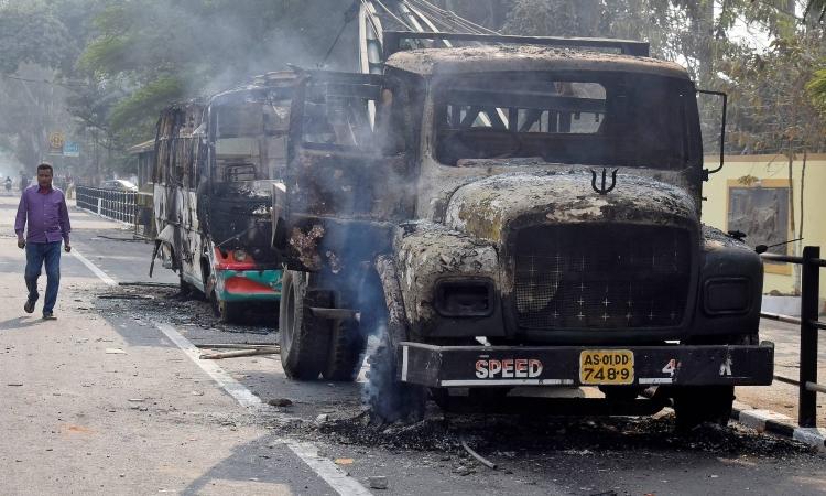 Những chiếc xe bị người biểu tình tại bang Assam đốt hôm 14/12 để phản đối dự luật sửa đổi quyền công dân. Ảnh: Reuters.