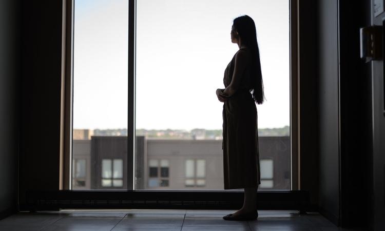 Lưu Tĩnh Nghiêu tại căn hộ ở Minneapolis. Ảnh: NYTimes.
