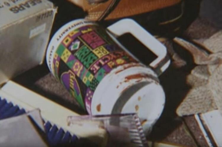 Cảnh sát sơ ý bỏ qua chiếc cốc dính máu dù đây là chứng cứ mấu chốt. Ảnh: Filmrise.