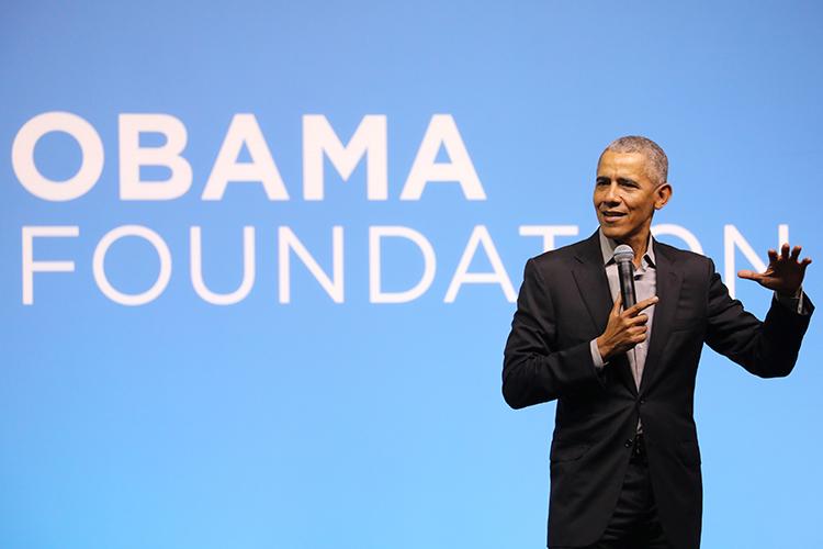 Cựu tổng thống Mỹ Obama phát biểu tại sự kiện ở Kuala Lumpur, Malaysia hôm 13/12. Ảnh: Reuters