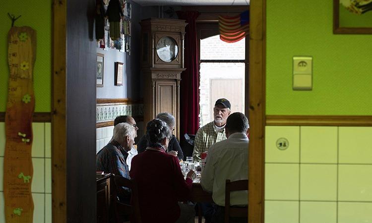 Nhữngcựubinh ngồi nói chuyện trong phòng khách nhà ông bà Marcel và Mathilde, ở Thimister-Clermont, Bỉ, hôm 10/12. Ảnh: AP.